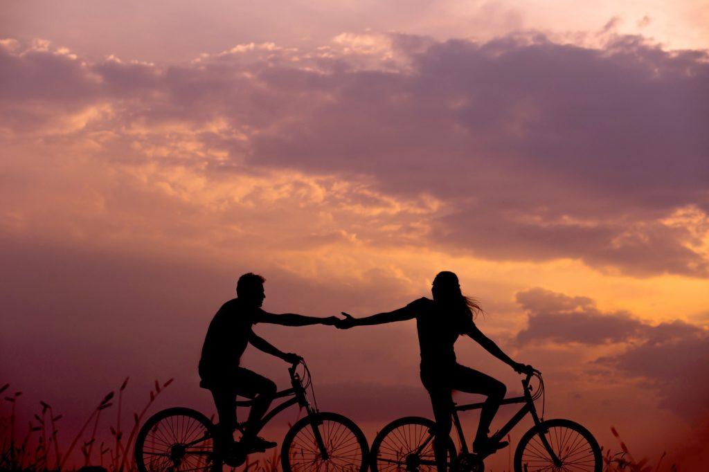 Vélos sur coucher de soleil